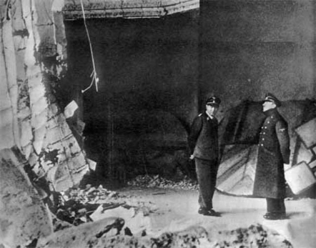 Им в ответ была выдвинута версия, что Гитлера могло и вовсе не быть в бункере под рейхсканцелярией. По этому вопросу существует версия, что все тактические вопросы решал двойник фюрера. Именно он и был застрелен 30 апреля 1945 года.