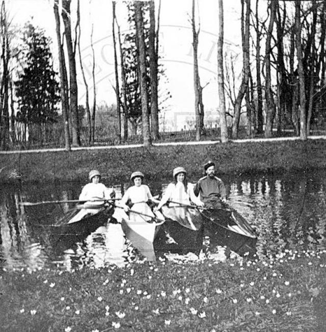 Любопытно, что императорская семья увлекалась… байдарками! Первую лодку родители подарили цесаревичу в 13 лет, позже на дни рождения Николай часто получал в качестве подарка лодку или байдарку.