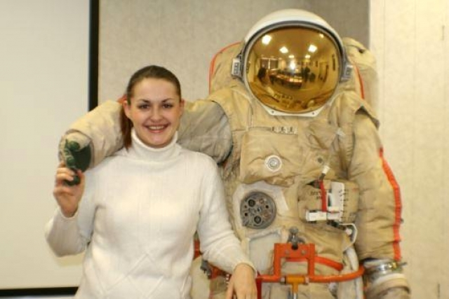 Елена окончила Московский авиационный институт и отправилась работать в Центр управления полетами. Поставив перед собой цель полета в космос, она постепенно повышала квалификацию, пока в 2009 году не стала космонавтом-испытателем.