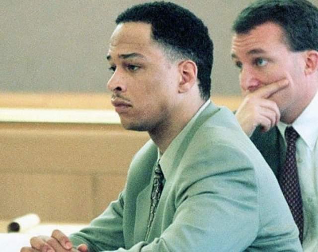 Рей Каррут. В 2001 году экс-футболист НФЛ был приговорен к 18 годам и 11 месяцам тюремного заключения за участие в сговоре с целью убийства женщины, которая была беременна его сыном.