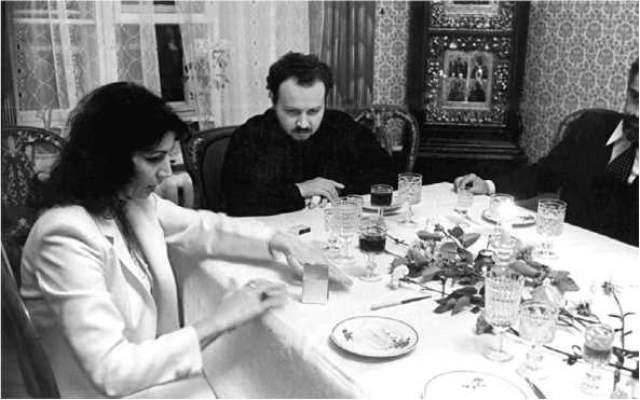 Владимир Гундяев (ныне Патриарх Кирилл) наблюдает за телекинезом Джуны. Что любопытно, в ходе застолья.
