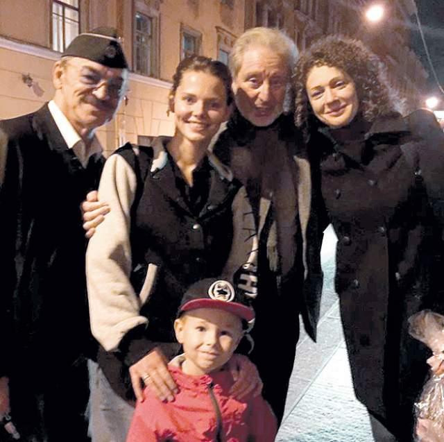 """Младший внук, Андрей, сын Лизы Боярской и Максима Матвеева - любимец всей семьи..""""Надо мной и Ларисой внук измывается, как хочет - не спит, смотрит телевизор, а это запрещено, гуляет не по расписанию. Как любой нормальный ребенок, Андрюша плохо ест. Я на ходу сочиняю ему истории про Дениску Кораблева. Так что когда кормлю его я, все отлично получается!"""" - поведал Боярский в одном из интервью."""