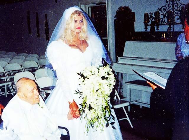 Анна Николь Смит (Викки Линн Хоган), 39 лет. Муж - Джеймс Говард Маршалл, нефтяной магнат. Они познакомились в стриптиз-баре, и, как признавалась сама Анна Николь, физического влечения она не испытывала к старику, но любила его как человека.