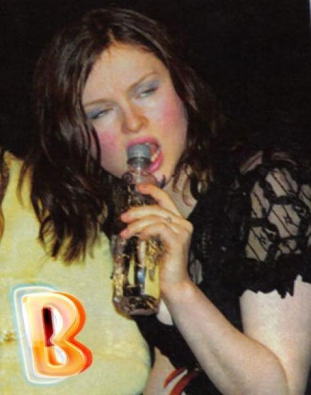 Софи Эллис-Бекстор. Британская певица явно любит бутылочку.