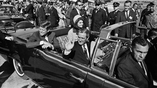 Джон Ф. Кеннеди. 35-ый президент США в 1963 году был застрелен двумя выстрелами в шею и голову. Покушение случилось во время парада в Далласе.