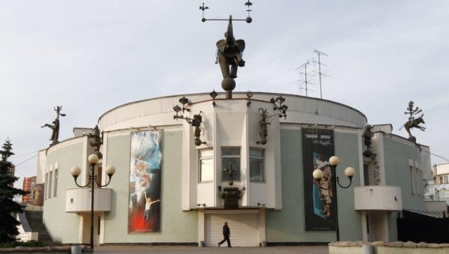 Ему достались: цирк Дуровых, трехкомнатная квартира на Тверской улице, загородный дом, коллекция из более чем 50 дорогих старинных икон...