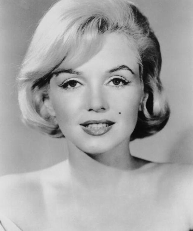 Мэрилин Монро. Отец будущей актрисы умер, когда она совсем маленькой, а мать отдала ее в возрасте двух недель в приемную семью к Альберту и Иде Болендерам.