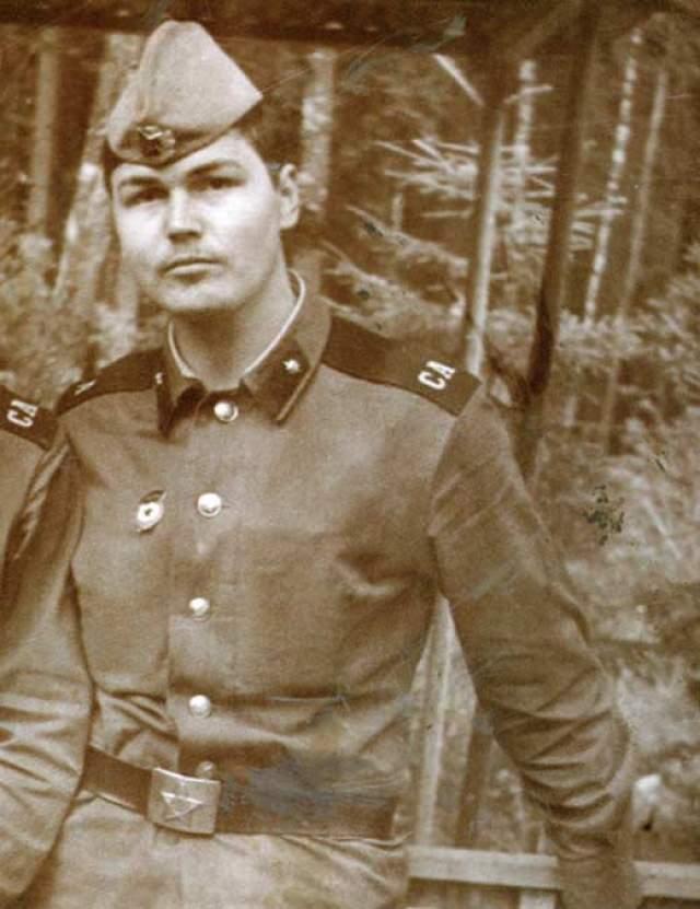 Никас Сафронов. В свое время, будучи уже довольно успешным художником, был призван в ряды Советской армии, в ракетные войска. Служил в Эстонии, в городе Валга.