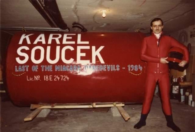 Карел Сусек: покорял Ниагарский водопад в бочке. До трагедии он успешно покорил Ниагарский водопад в бочке, которую он сам сконструировал.