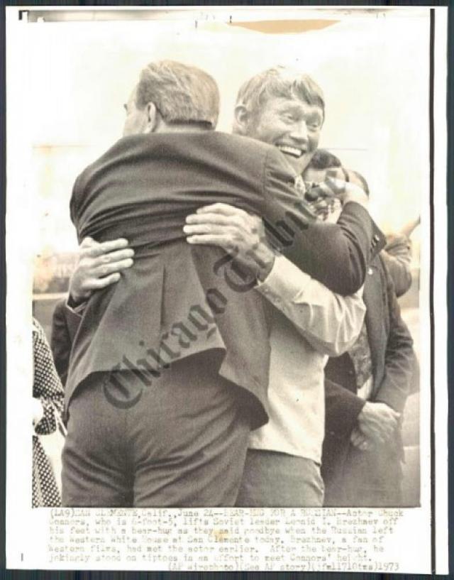 И в 1973 году на приеме в честь Брежнева, устроенном президентом США Никсоном, ему довелось встретиться с кумиром. И Коннорс преподнес генеральному секретарю два кольта Peacemaker и ковбойскую шляпу. Говорят, Брежнев был в восторге.