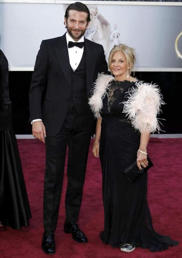 """Брэдли Купер и мама Глория Кампано. Всему миру известно, как красавец-актер привязан к своей маме. Именно она служит """"фейс-контролем"""" на входе в личную жизнь мужчины. И, если СМИ не врут, то наша соотечественница Ирина Шейк с успехом прошла проверку Глорией."""