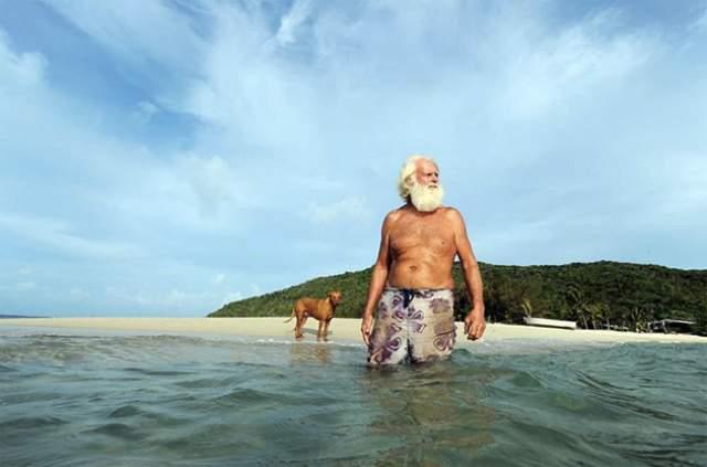 """После такого фиаско у него остались копейки """"на черный день"""", и в 1993 году он решил взять на 43 года в аренду крохотный островок Возрождения (Restoration Island) близ северо-восточного побережья Австралии. Это обходится ему в 13 000£в год."""