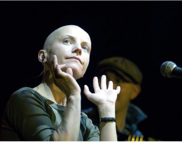 """Светлана Сурганова. Скрипачка, вокалистка и одна из основательниц группы """"Ночные снайперы"""" страшный диагноз """"рак кишечника"""" услышала в 1997 году, когда ей было 29 лет. В ходе первой операции, по словам артистки, у нее """"вырезали половину кишечника"""", а через полторы недели пришлось делать вторую из-за того, что """"внутри начало гноиться""""."""