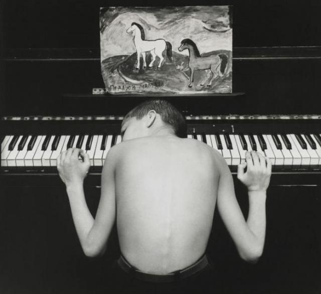 """12. Азис. Снимок Евгения Мохорева относится к серии """"Подростки Санкт-Петербурга"""" и был сделан в 1996 году. Вместе с еще семью работами автора, продан за 5000 фунтов стерлингов."""
