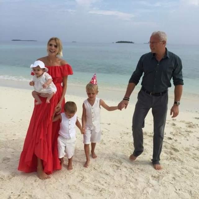 Лена Перминова, трое детей Первый раз после рождения третьего ребенка Елена Перминова вышла в свет спустя всего две недели. И снимки стройной и подтянутой длинноногой блондинки могли вызвать лишь одно чувство - невероятную зависть!