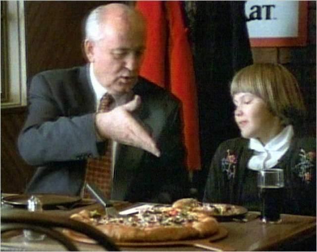 Еще в СССР Михаил Горбачев снялся в рекламе пиццерии Pizza Hut. В ролике играла драматичная музыка и показывались английские субтитры