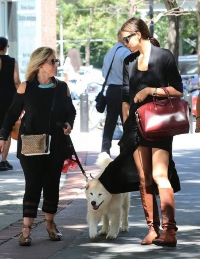 Уже спустя несколько месяцев в Сети появились ее фото со знаменитым актером Брэдли Купером. Он спустя короткое время представил новую возлюбленную своей маме.