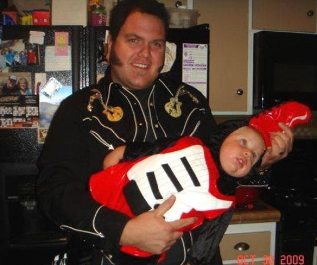 Когда папа выбирал костюм для Хэллоуина.