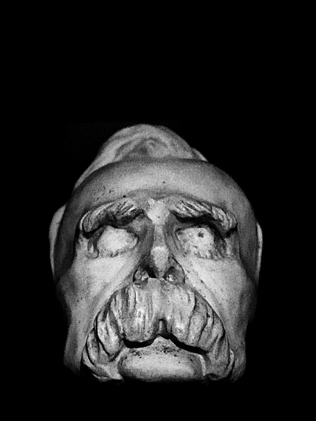 Фридрих Ницше. Творческая деятельность философа оборвалась в связи с помутнением рассудка, которое произошло после припадка, вызванного избиением лошади на глазах. Болезнь не отступала от философа ни на шаг до самой смерти 25 августа 1900 года.