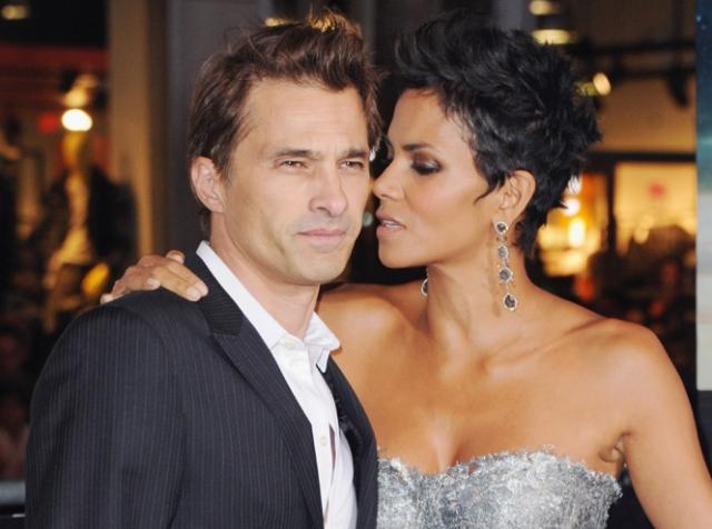 Хэлли Бэрри и Оливье Мартинез. Актриса, которая наполовину является афроамериканкой, начала встречаться с французским актером в 2010 году.