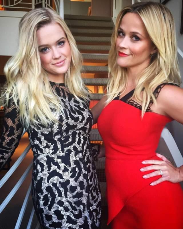 Риз Уизерспун и ее дочь Ава не только напоминают сестер, но порой и сестер-двойняшек, настолько они похожи.