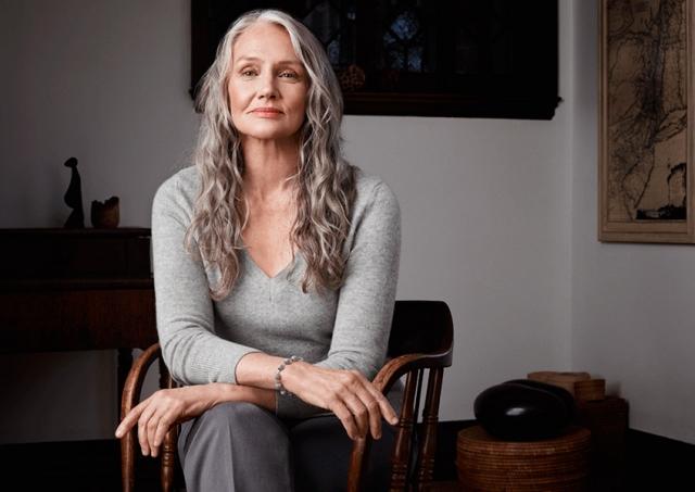 Свое первое приглашение на фотосъемку она получила в 46-летнем возрасте. А секрет Джозеф прост: ранний отбой и ранний подъем, йога, танцы, прогулки, овощи и фрукты.