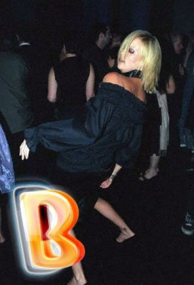 """Шарлиз Терон. А вот по голливудской блондинке и не скажешь, что она может так """"зажигать""""."""