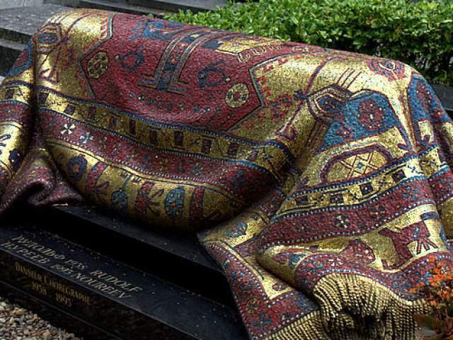 На собранные друзьями танцовщика средства в 1996 году надгробие было изготовлено в итальянской мозаичной мастерской Акомена Спацио Мозаико. При этом мозаика выполнена настолько качественно, что на ней практически не видно швов между мелкими элементами.