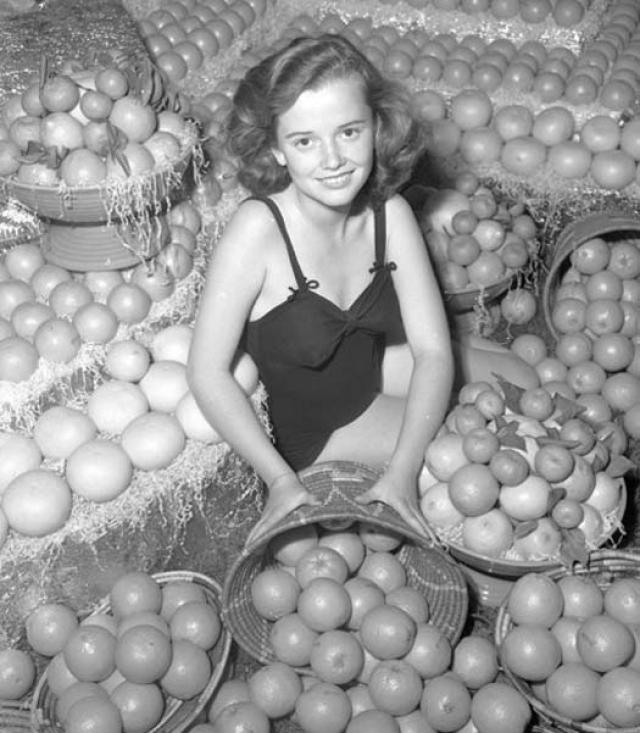 """Конкурс """"Королева Апельсинов"""" проводился также в США, в """"городе ангелов"""" на очередной ярмарке продуктов в 1930 году."""