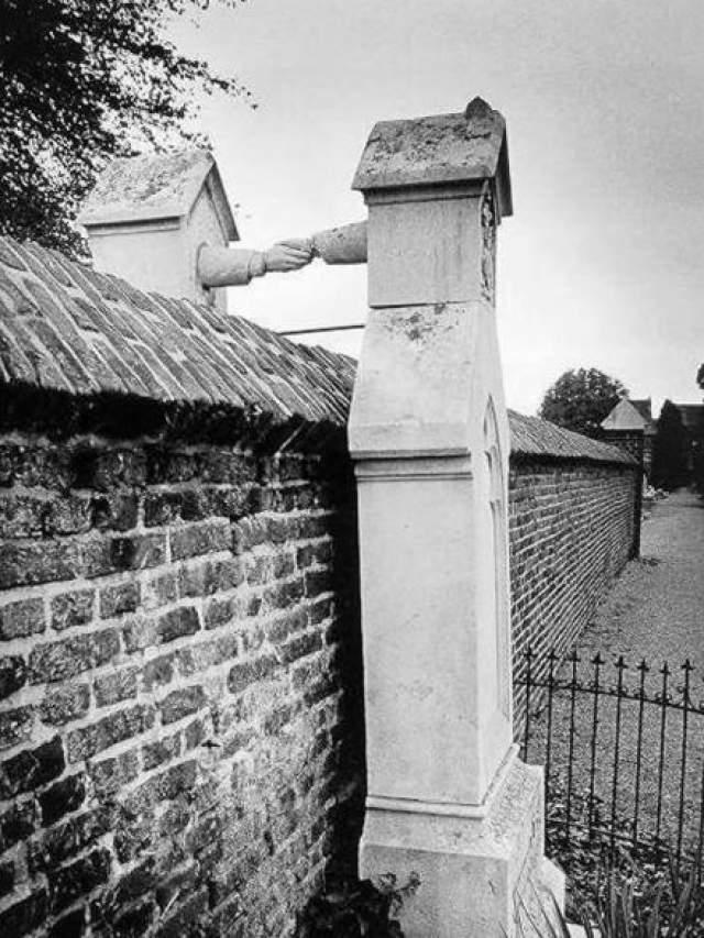 Лежащие в этих могилах не были знаменитостями и прославились именно благодаря надгробиям. Католической женщине и ее мужу-протестанту не разрешили быть похороненными вместе.