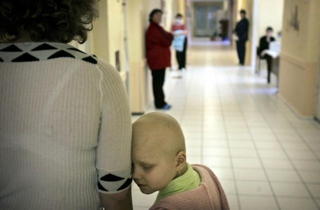 """Восьмилетняя украинка Вика Червинска, страдающая от рака, со своей мамой в больнице Киева 18 апреля 2006 года. """"Гринпис"""" отметил, что более 90 тысяч человек, скорее всего, умрут от рака, полученного из-за облучения после катастрофы на Чернобыльской АЭС."""