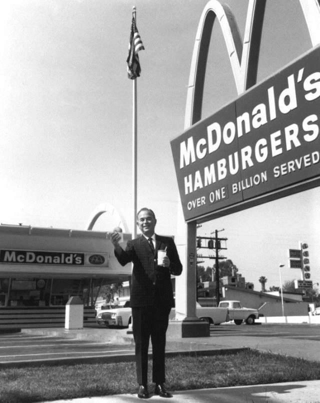"""Рэй Крок, основатель """"Макдоналдс"""". Стал богат в 52 года, до этого занимался продажей бумажных стаканчиков."""