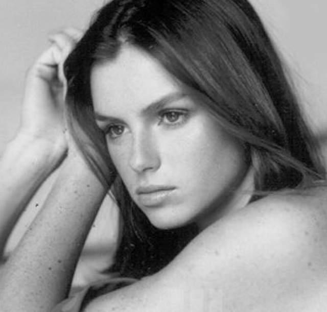 Ана Каролина Рестон, 21 год. В 13 лет она одержала первую победу на конкурсе красоты, которая дала толчок ее карьере модели. Девушку приглашали работать с лучшими модельными агентствами мира - Ford и Elite.