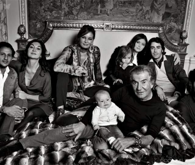 Кавалли было 40 лет, а ей 18. Но для дизайнера это была любовь с первого взгляда, и, недолго думая, он сделал ей предложение. Девушка подарила супругу троих детей: сыновей Даниэля и Роберто, а также дочь Рачель.