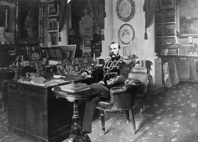 Царь Александр II запечатлен в своем рабочем кабенете в 1875 году. Говорят, что он был первым российским императором, четко разделившим свой день на рабочее время и приватные часы.