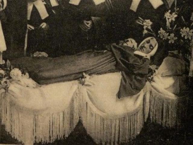 Тело святой Бернадетты эксгумировалось трижды. В первый раз это было сделано в 1909 году, останки найдены нетленными, что послужило дополнительным аргументом для канонизации.
