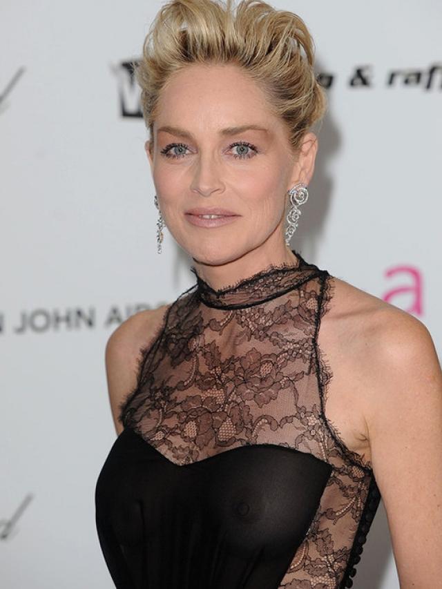 """Шэрон Стоун выбрала неуместно прозрачный наряд на """"Оскар"""" в 2009 году."""