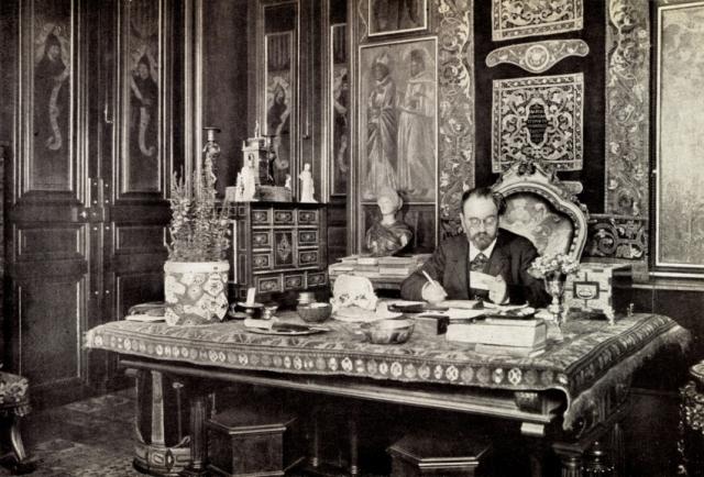 Эмиль Золя в своем кабинете,великий французский писатель находится непосредственно за работой за письменным столом.