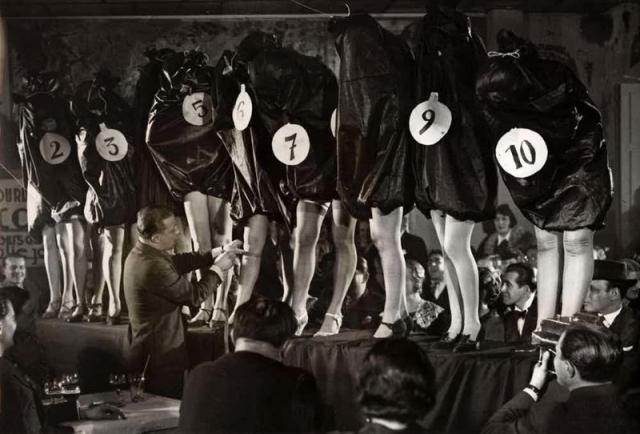 """Мисс """"Ножки"""". Состоявшийся в Париже в 1936 году первый конкурс Мисс """"Ножки"""" выглядел довольно жутковато: дабы не отвлекаться от предмета конкурса, жюри решило полностью закрыть остальные части тела девушек."""