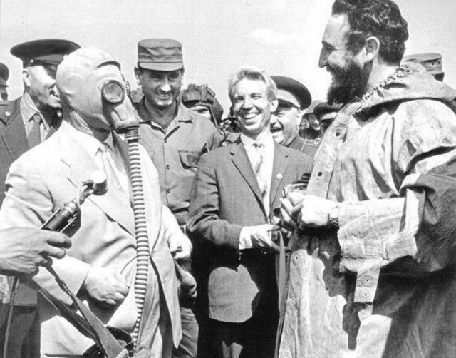 Вот Никита Сергеевич демонстрирует Кастро новую модель противогаза.