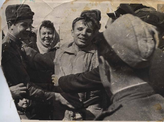 """Увидев человека в странном костюме, старушка поначалу испугалась, но космонавт успокоил ее, прокричав: """"Свой, свой, советский! """""""