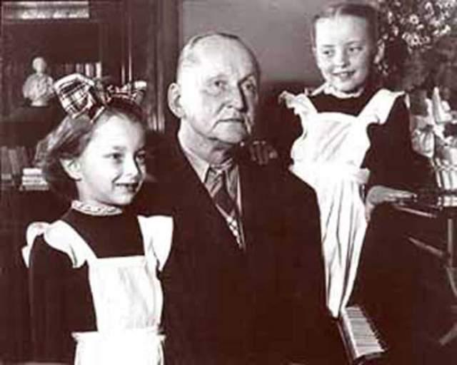 Анастасия Вертинская с отцом и сестрой Марианной.
