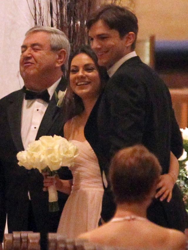 Мила Кунис и Эштон Кутчер. Пара поженилась в атмосфере полной секретности, а прессе стало известно о церемонии лишь спустя месяц, когда были обнародованы сделанные кем-то из присутствующих.