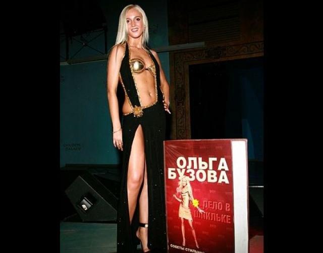 Ольга Бузова также зарабатывает, как может. Девушка выпустила две книги и разрабатывает собственную линию одежды.