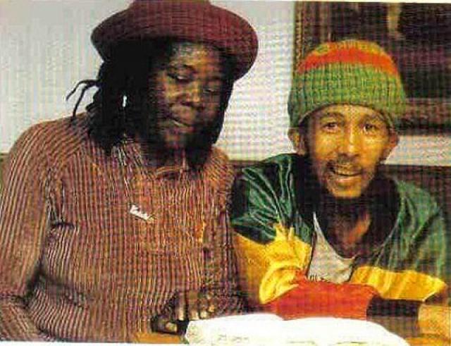 Боб Марли на фото запечатлен вместе с мамой Седеллой Марли-Букер перед очередным курсом химиотерапии, который ему так и не удастся завершить.