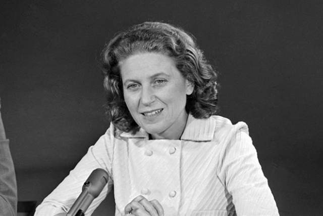 Светлана Аллилуева. Дочь И. В. Сталина в 1966 году бежала из СССР: 20 декабря 1966 года она прибыла в Индию, сопровождая прах своего гражданского мужа Браджеша Сингха.