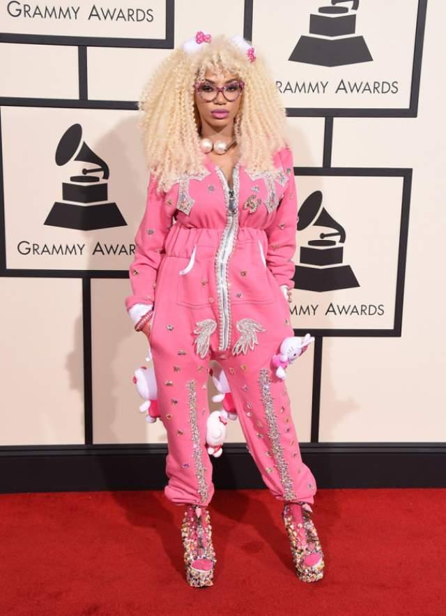 А Дэнсиа решила выйти в свет в пижаме.