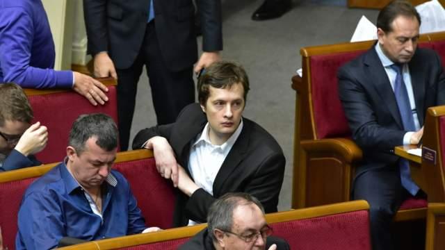 После этого Алексей принялся заниматься политикой. В августе 2017 года Порошенко-младший прошел стажировку в сфере государственного управления и планирования в Сингапуре, причем поехал туда за бюджетный сче, чем возмутил пользователей соцсетей.