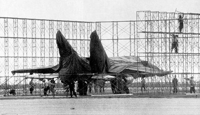 Новейший истребитель МиГ-25 появился за десять лет до угона. Тогда его появление на авиапараде в Домодедово вызвало настоящий фурор: представители США заговорили о суперсамолете, который несет величайшую угрозу американскому господству в воздухе в любом конфликте.