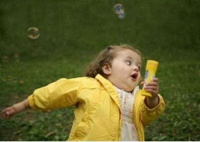 Девочка с мыльными пузырями . Оригинал фотоснимка впервые был опубликован 22 августа 2009 года на имиджборде 4chan. Кто автор снимка и какова его предыстория - по сей день неизвестно.